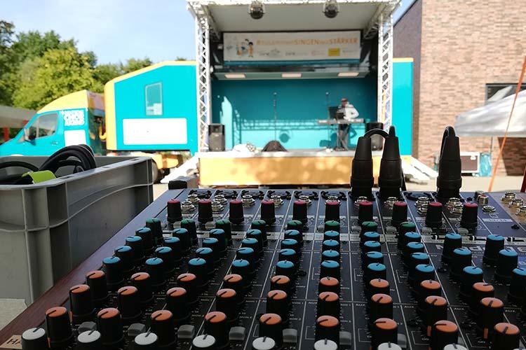 Blick auf die Bühne des SingBus mit Mischpult im Vordergrund