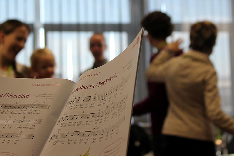 Blick aus Sängerpespektive auf ein Notenblatt