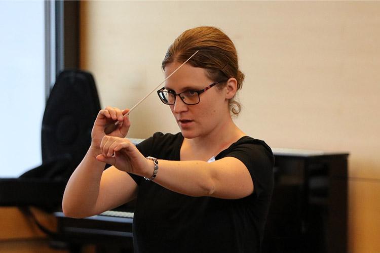 Dirigentin mit Dirigierstab