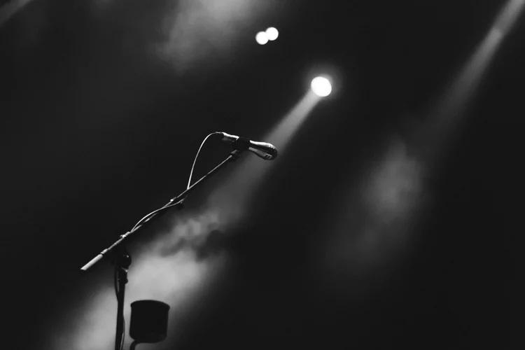 Mikrofon auf Bühne mit Beleuchtung und Nebel