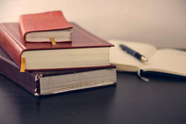Gesetzbücher auf einem Schreibtisch