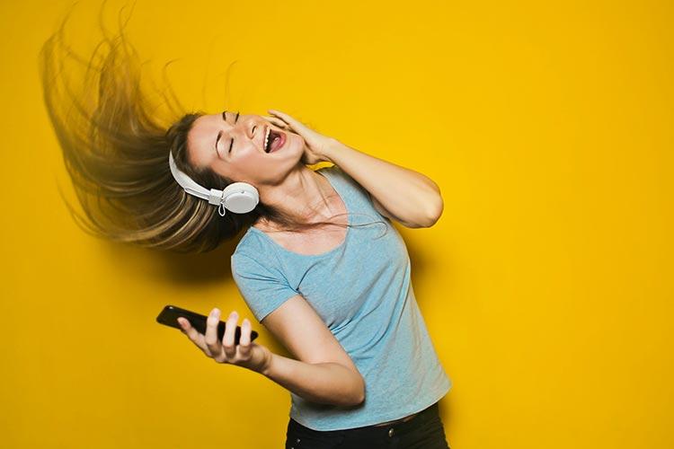 Frau mit Kopfhörern singt